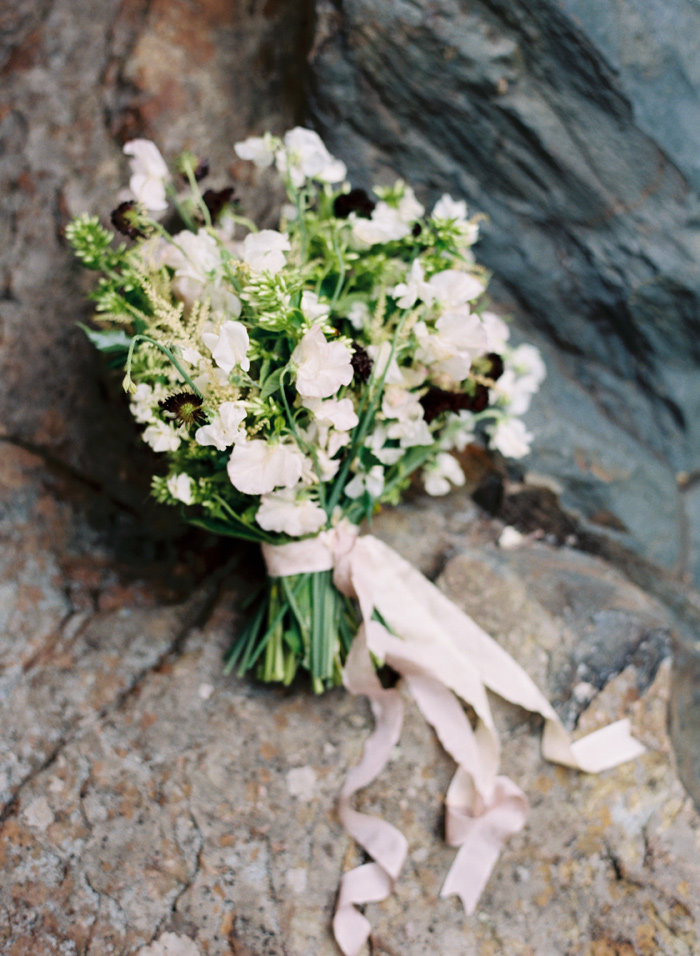 mountain-ethereal-rustic-white-black-netural-wedding-ideas-11