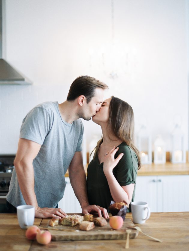 chicago-engagment-session-cooking-apartment 00