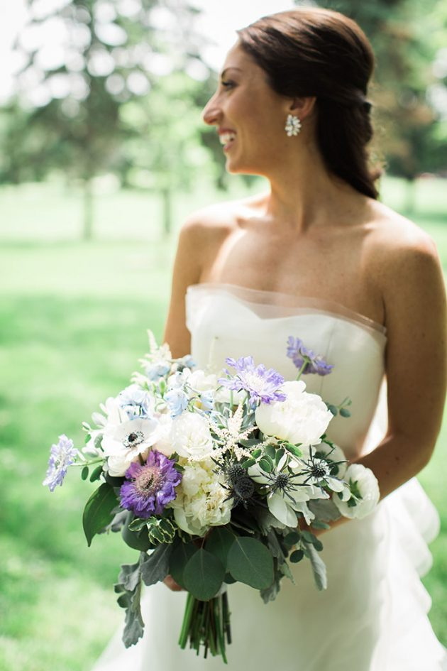 realxed-backyard-wedding-blue-wildflowers03