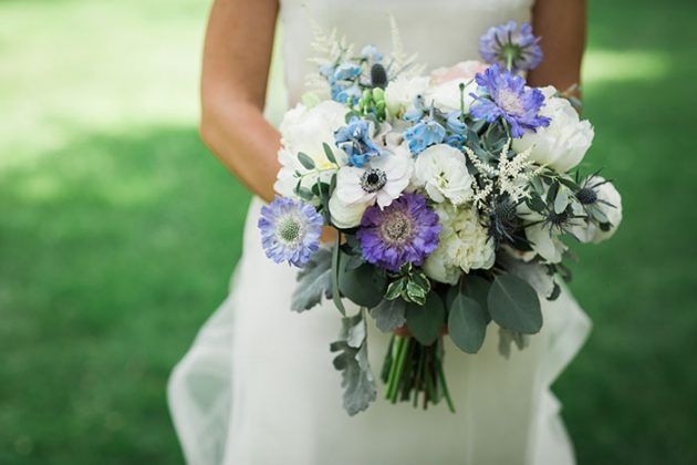 realxed-backyard-wedding-blue-wildflowers07