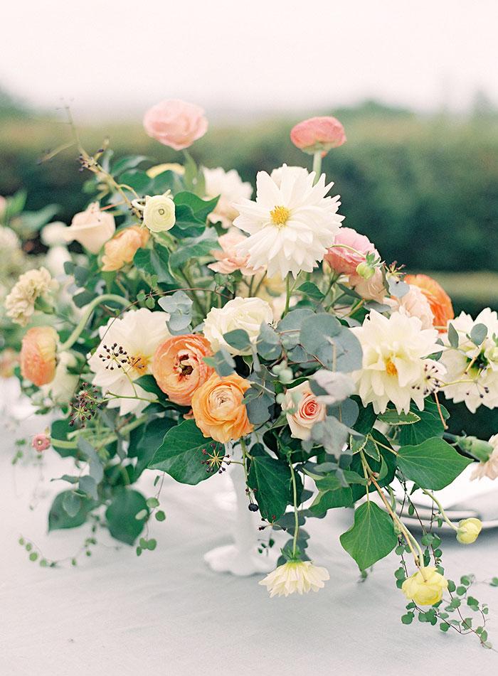 garden-ranunculus-peach-fresh-timeless-inspiration-shoot06
