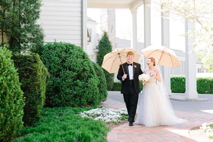 belle-mead-country-club-nashville-yellow-umbrella-wedding27