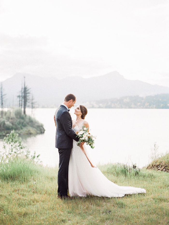 pacific-northwest-columbia-river-rustic-vintage-floral-blue-wedding-inspiration14