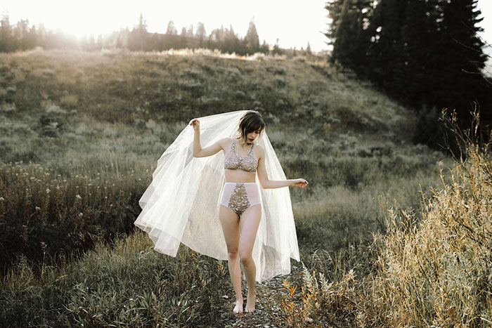 autumn-red-vintage-mountain-boudoir-moody-wedding-inpiration11