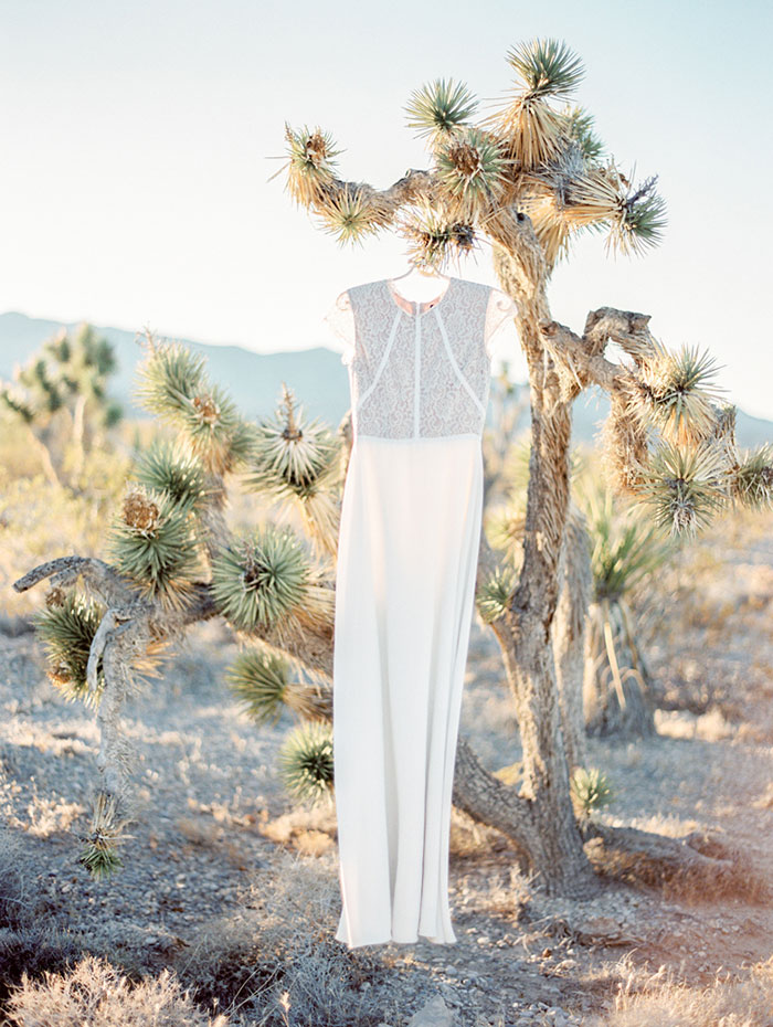 desert-anniversary-white-black-lace-organic-romantic-wedding-inspiration00