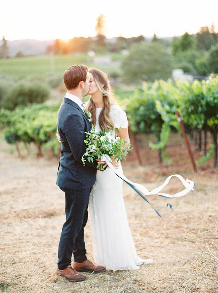 northern-california-blue-organic-linen-calligraphy-vineyard-inspiration-shoot32