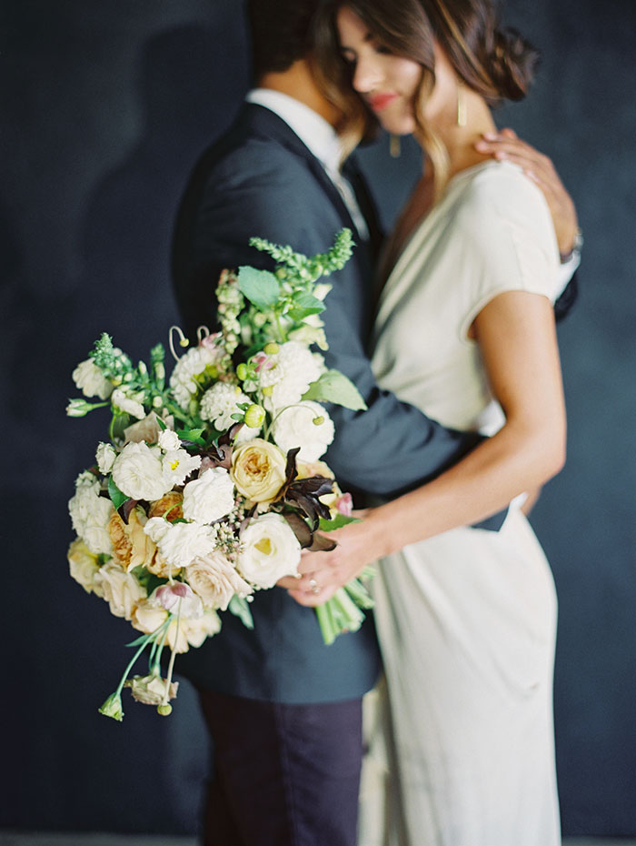 modern-ocher-lush-moody-floral-wedding-inspiration05