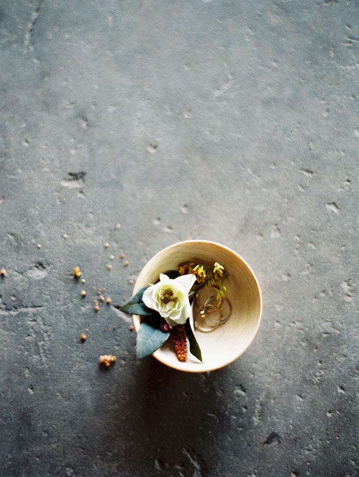 modern-ocher-lush-moody-floral-wedding-inspiration09